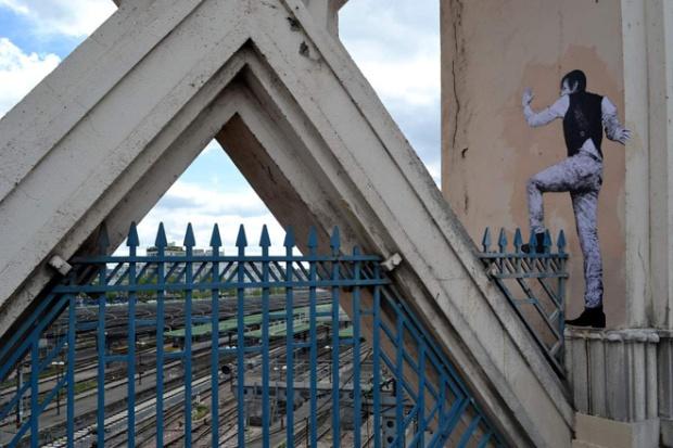 2-street-art-in-paris-by-levalet