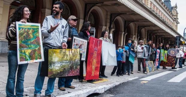 14abr2013---na-tarde-deste-domingo-14-artistas-realizam-a-walking-gallery-galeria-ambulante-no-parque-da-luz-em-sao-paulo-a-proposta-do-movimento-e-fazer-com-que-artistas-exibam-suas-obras